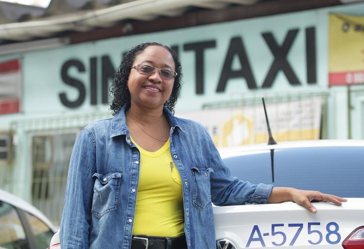 Roseli de Abreu está entre taxistas que vão oferecer serviço em Salvador - Foto: Xando Pereira l Ag. A TARDE