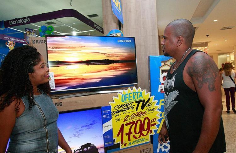 Jeane e Marcos aproveitaram a mudança de sinal para trocar a televisão antiga - Foto: Margarida Neide L Ag. A TARDE