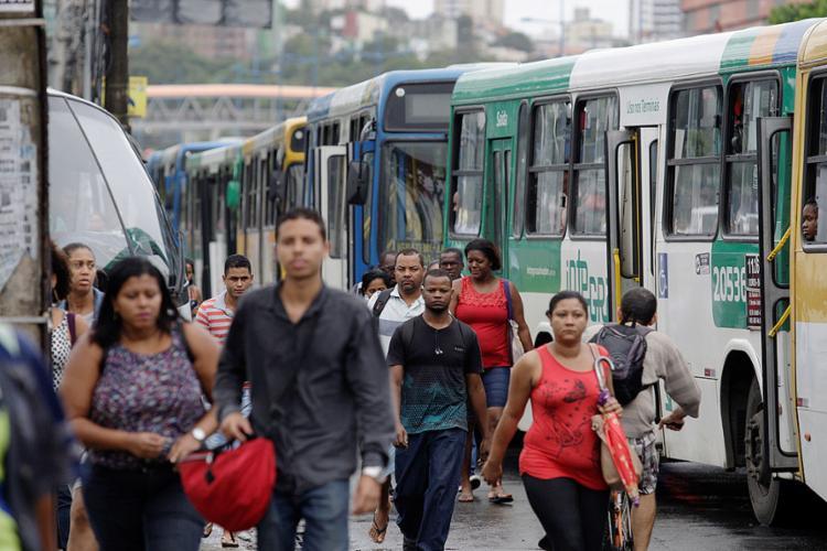 Na região do Iguatemi, passageiros seguiram até o trabalho a pé por causa da paralisação dos rodoviários - Foto: Raul Spinassé l Ag. A TARDE