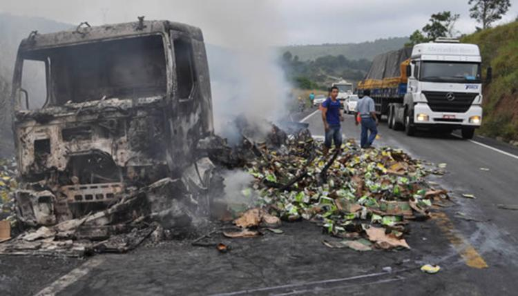 Veículo foi completamente destruído pelas chamas - Foto: Reprodução | Itamaraju Notícias