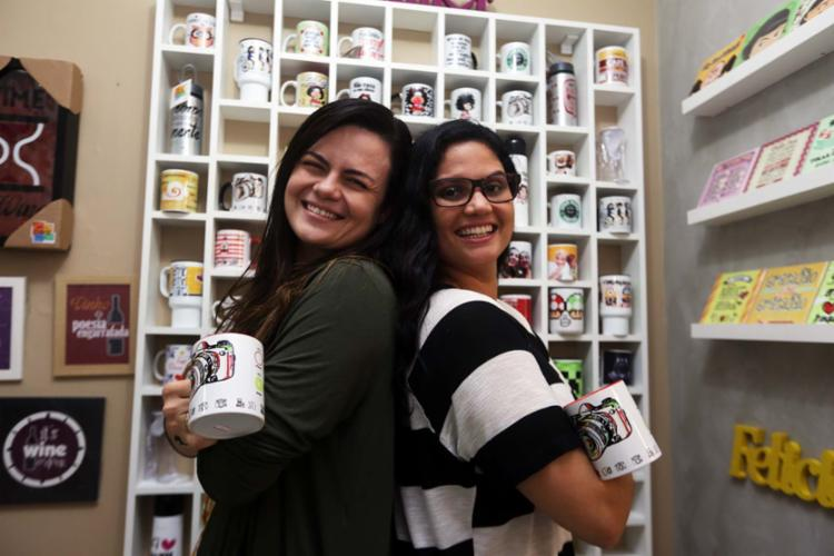 Amanda Argolo e Carol Casais começaram a loja de presentes Canek nas redes sociais - Foto: Joá Souza | Ag. A TARDE