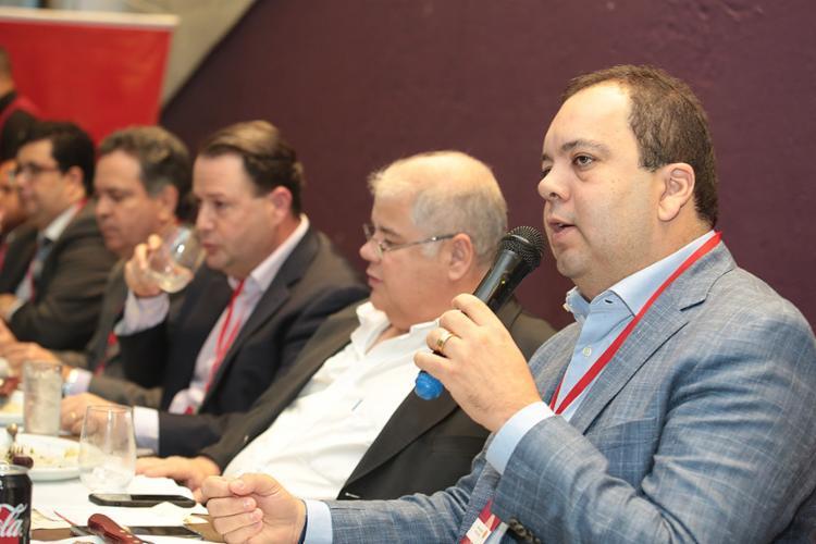Deputados federais Elmar Nascimento (à direita) e Lúcio Vieira Lima, discutiram efeitos da crise política - Foto: Joá Souza l Ag. A TARDE