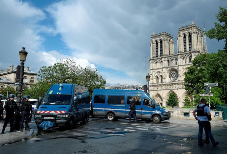 O policiamento foi reforçado no entorno da catedral - Foto: Bertrand Guay | AFP