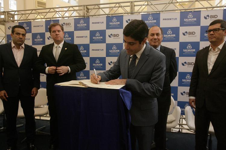 ACM Neto assina o contrato de financiamento de US$ 105 milhões entre a prefeitura de Salvador e o BID - Foto: Mila Cordeiro / Ag. A TARDE