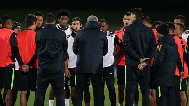 Técnico conversa com jogadores antes de treino em Melbourne - Foto: Lucas Figueiredo l CBF