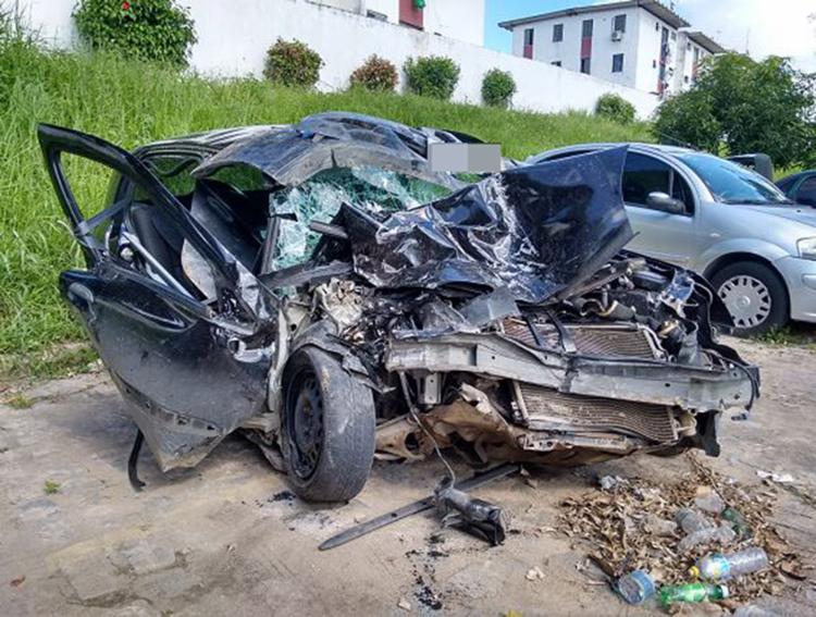 Carro ficou completamente destruído após batida - Foto: Euzeni Daltro l Ag. A TARDE