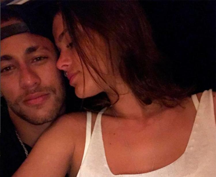 Neymar se diverte com Marquezine em parque de diversões nos EUA; fotos