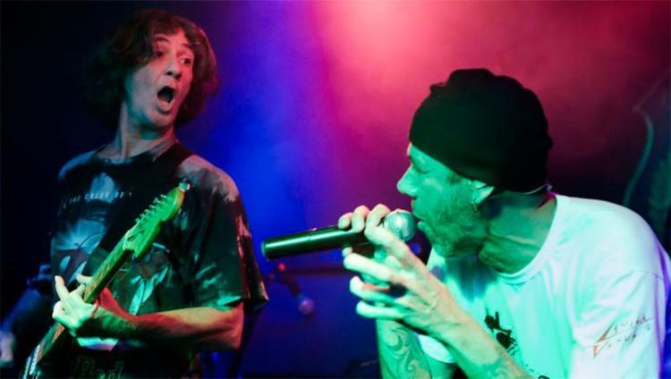 O guitarrista Karl e o vocalista Eduardo Scott - Foto: Jéssica Silva | Reprodução | Facebook