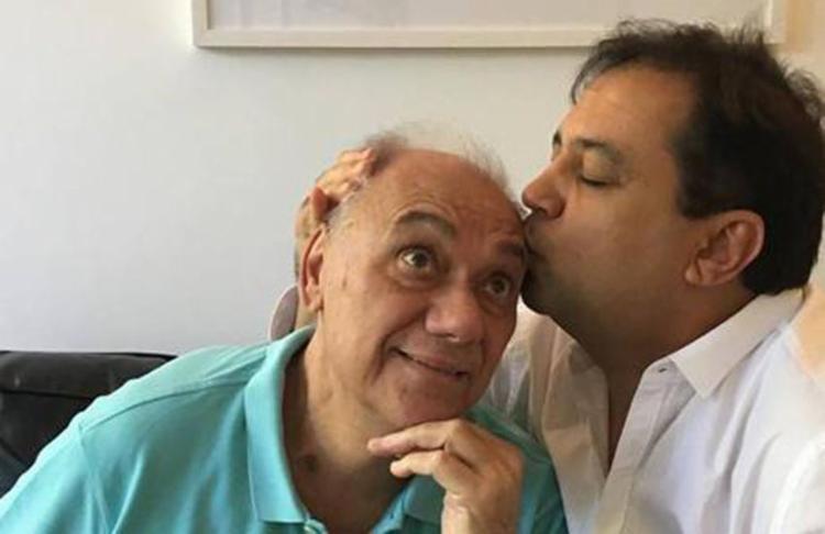 Rezende ganhando carinho do amigo Geraldo Luís - Foto: Reprodução   Instagram