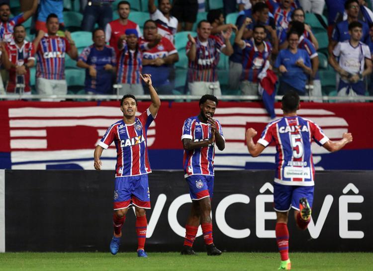 Autor do gol, Edigar Junio (E) festeja ao lado de Renê Júnior - Foto: Raul Spinassé l Ag. A TARDE