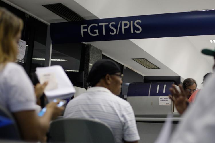 A medida altera a lei do fundo de garantia para que trabalhadores possam usar o FGTS para quitar um financiamento estudantil - Foto: Raul Spínassé | Ag. A TARDE