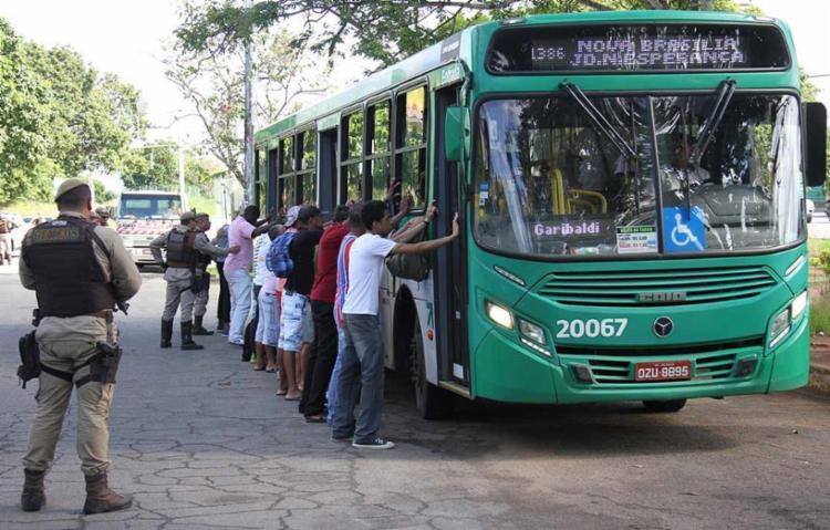 Ônibus, carros e motos foram abordados durante a operação - Foto: Alberto Maraux | SSP