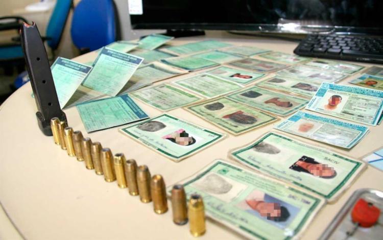 Na casa do criminoso, foram apreendidos documentos de vítimas e munições - Foto: Alberto Maraux | SSP-BA