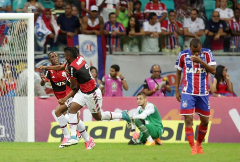 Bahia tem jogador expulso, perde do Flamengo e entra no Z-4