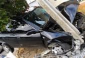 Carro fica preso entre árvore e poste após motorista perder o controle | Foto: