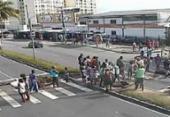 Manifestantes bloqueiam dois sentidos da avenida Dorival Caymmi | Foto: