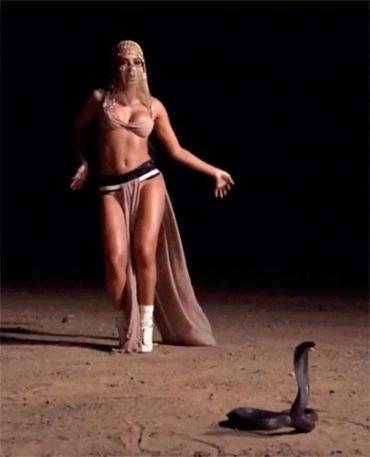 Cantora dança no deserto em frente a uma cobra - Foto: Reprodução