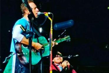 """Fã impressiona Chris Martin ao tocar """"Everglow"""" em show do Coldplay"""