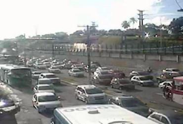 Fluxo de veículos deixa trânsito lento na avenida Paralela