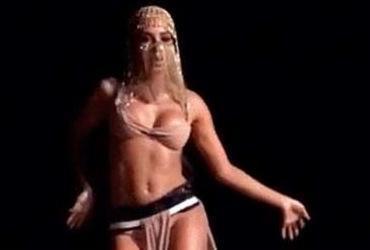 Anitta se assusta com cobra durante gravação de clipe