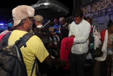 Policiais doam roupas e cobertores para pessoas carentes em Salvador