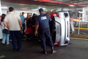 Carro capota em estacionamento de shopping em Salvador