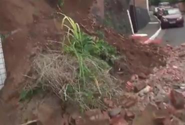 Desabamento de muro afeta trânsito em Santo Antônio Além do Carmo