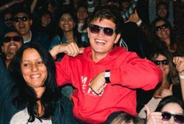 Ansel Elgort surpreende fãs brasileiros em cinema