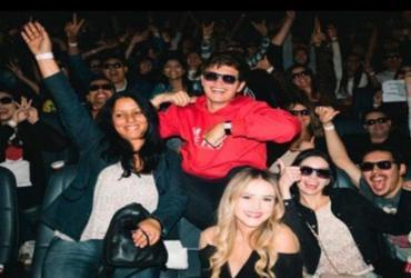 Ator Ansel Elgort surpreende fãs brasileiros em cinema; veja vídeo