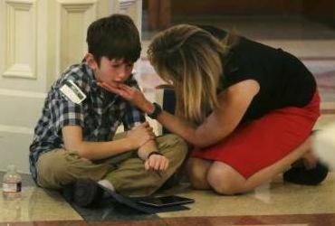 Imagem de garoto trans chorando na sede do governo do Texas viraliza