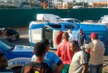 Viatura capota após colisão na avenida Paralela