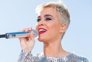Katy Perry apresenta show com armadura de 'Cavaleiros do Zodíaco'