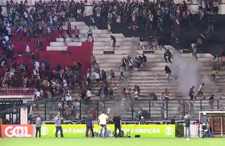 São Januário foi palco de cenas lamentáveis após o clássico entre Vasco e Flamengo - Foto: Reprodução l UOL Mais