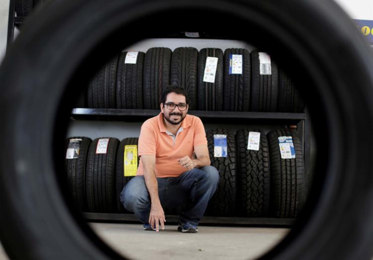 Gerente de uma loja que vende pneus, Robério Lima destaca o custo-benefício - Foto: Raul Spinassé | Ag. A TARDE