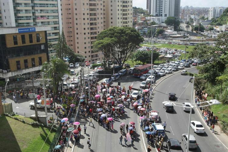 Professores ocuparam trânsito na Garibaldi - Foto: Xando Pereira | Ag. A TARDE
