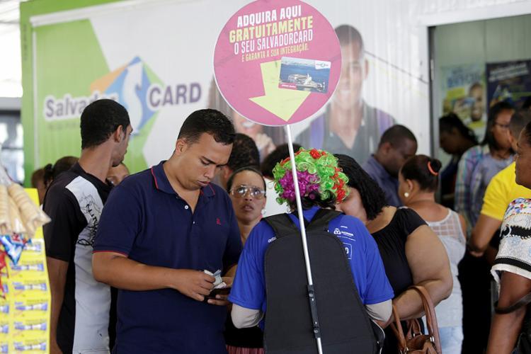 Agente do Consórcio Integra atende passageiros, que formaram filas no primeiro dia de transição operacional - Foto: Adilton Venegeroles l Ag. A TARDE