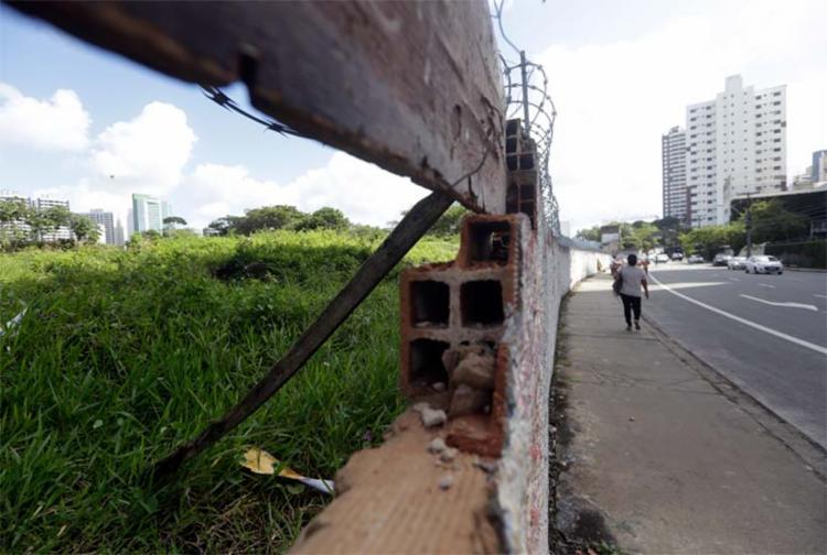 Área na R. da Alfazema, atrás do Hiper Bompreço, está na relação de terrenos para desafetação e venda - Foto: Raul Spinassé | Ag. A TARDE