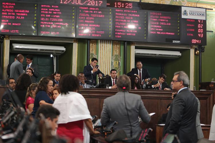 Aprovação da matéria teve acirrado debate na sessão que entrou pela noite na Câmara Municipal - Foto: Joá Souza l Ag. A TARDE