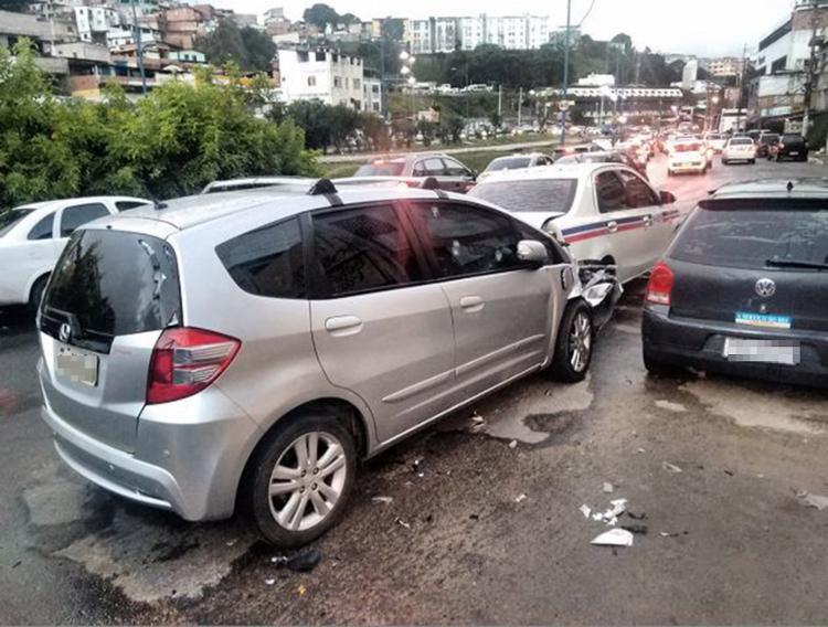 Honda Fit bateu na traseira de um táxi. Ocupantes do veículo ficaram acuados no tiroteio - Foto: Alexandre Santos l Ag. A TARDE