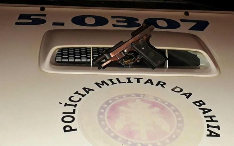 Suspeito portava uma arma com o brasão da Polícia Militar - Foto: Divulgação | Polícia Militar