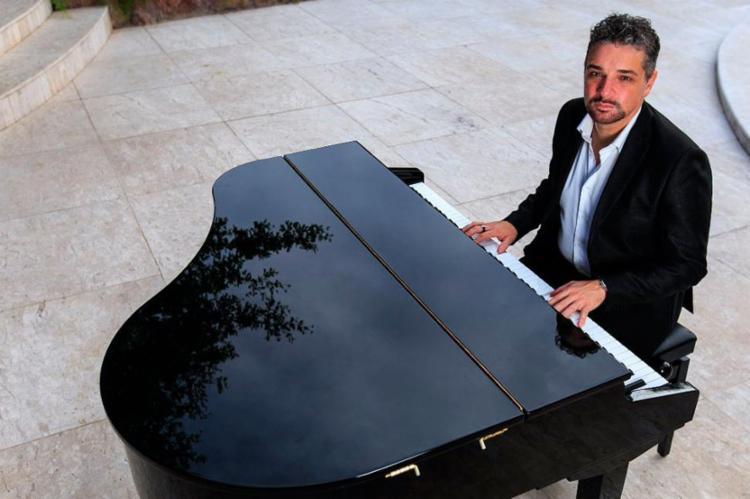 Cantor e pianista faz último show da temporada brasileira - Foto: Divulgação
