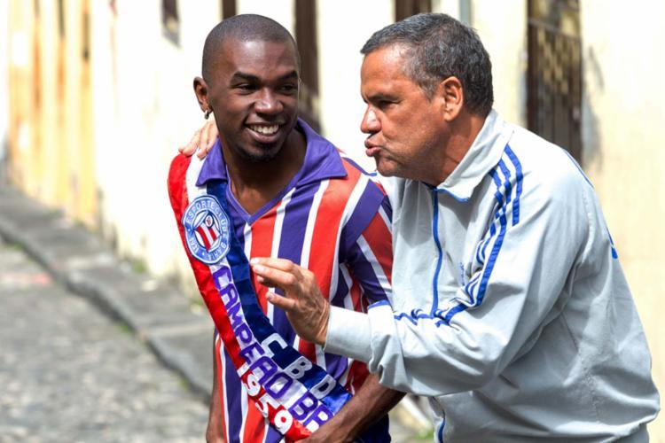 Leandro Villa e Agnaldo Lopes em cena de A Voz do Campeão - A História do Bahia - Foto: Diney Araújo | Divulgação
