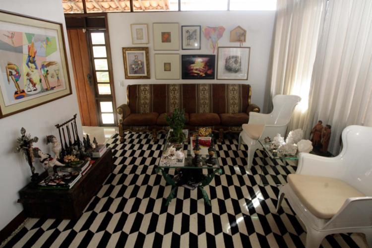 Móveis de família são destaque na casa do arquiteto Marcos Rolim - Foto: Mila Cordeiro | Ag. A TARDE