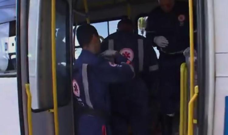 Passageiros do coletivo ficaram feridos e foram atendidos pelo Samu - Foto: Reprodução | TV Bahia