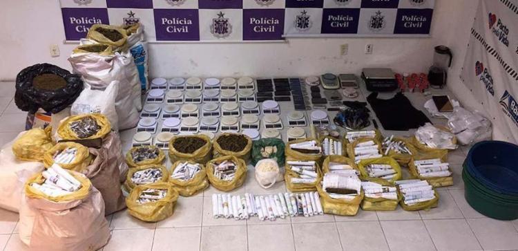 Entre o material apreendido estavam balanças, drogas e outros produtos usados no laboratório - Foto: Divulgação | Polícia Civil