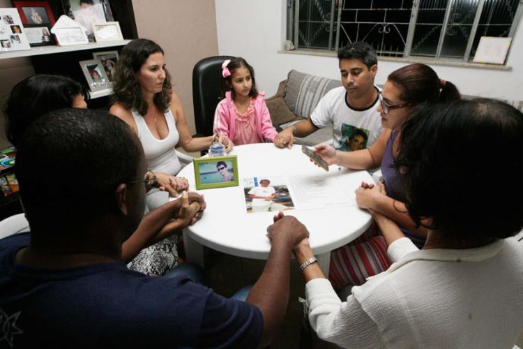 Familiares de Lucas Leite Silva, morto aos 26 anos no acidente com o avião da TAM, se reuniram para orações - Foto: Mila Cordeiro | Ag. A TARDE