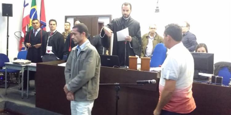 João Macedo (de jaqueta) matou mulher espancada - Foto: Reprodução | Blog Netto Maravilha