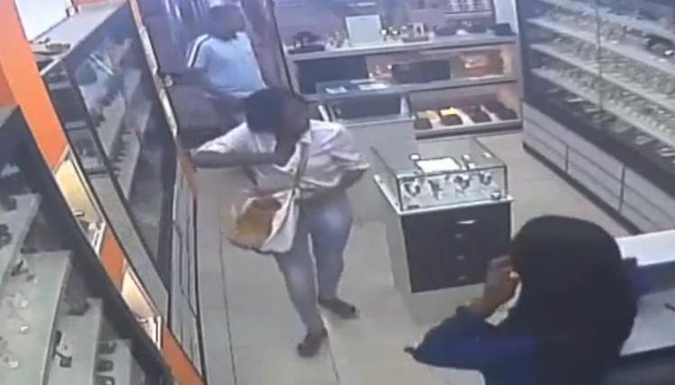 Criminosos saquearam estabelecimento no Shopping Riviera, no centro da cidade - Foto: Reprodução | Youtube