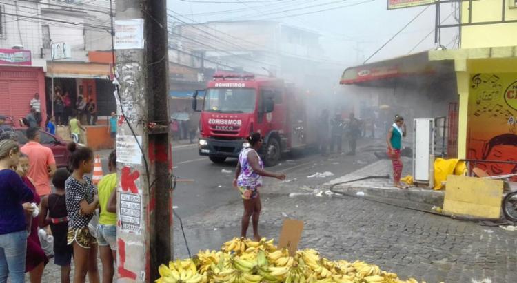 Comerciantes e moradores da região tentam salvar as mercadorias - Foto: Joá Souza | Ag. A TARDE