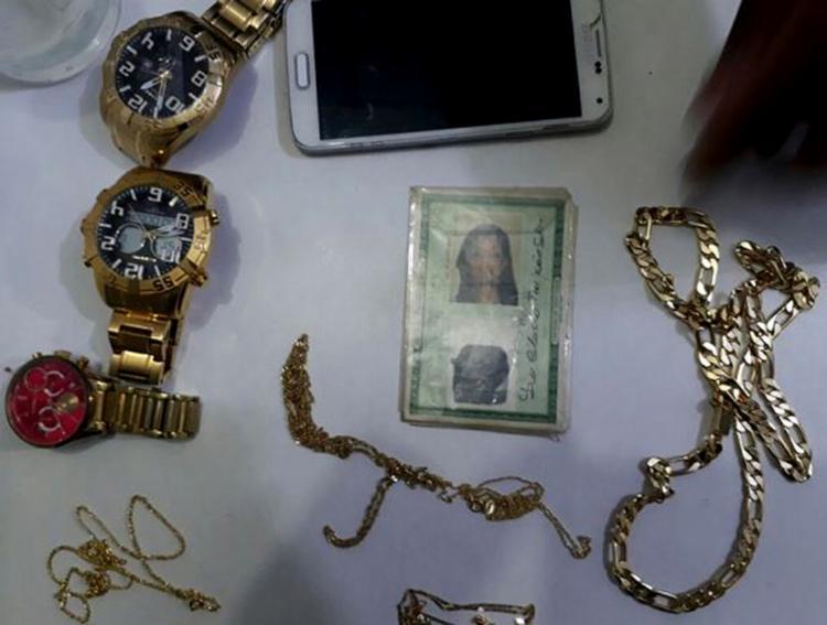 Com Lucila, foram apreendidos relógios, correntes e um celular - Foto: Divulgação l Polícia Militar